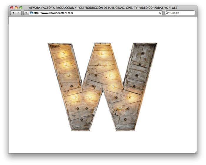 Letra W madera envejecida escultura con iluminación bombillas identidad corporativa We Work