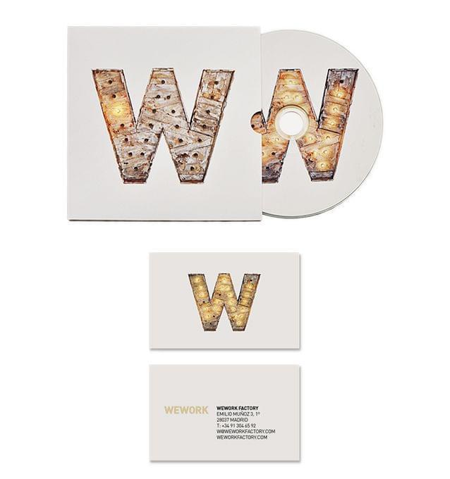 Papelería con la Letra W madera envejecida escultura con iluminación bombillas identidad corporativa We Work