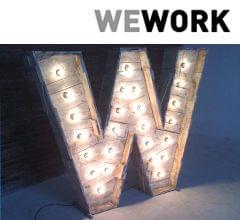 Letra W madera escultura con iluminación bombillas identidad corporativa We Work. Imagen portada