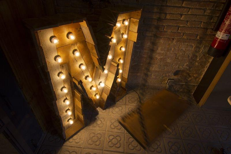 madera palet de luz incandescente a medida restaurante de la Diagonal Metric Market