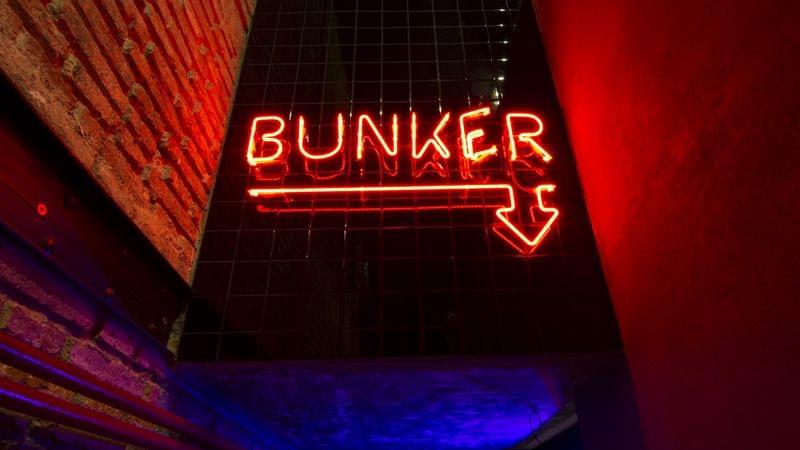 detalle BUNKER letras neón senalética a medida rótulo interior restaurante Metric Market situado en la Diagonal de Barcelona