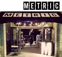 letra M del logo en madera iluminado con bombillas y neón senalética a medida restaurante Metric Market situado en la Diagonal de Barcelona. Imagen portada