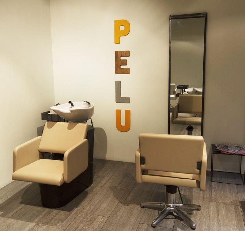 Rotulación interior letras madera acabado envejecido para peluquería Happy Heads