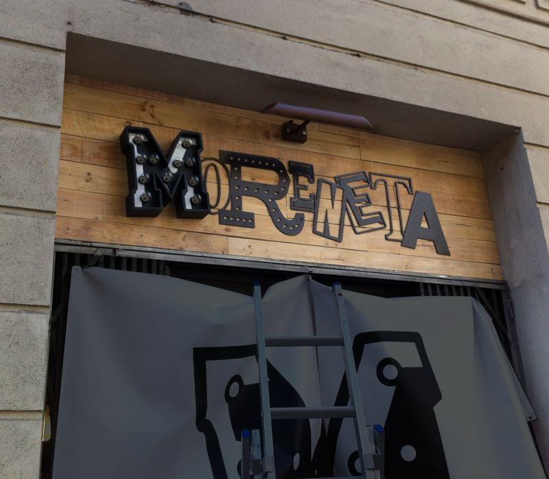 """Rótulo de madera envejecida acabado en blanco roto iluminado con bombillas bar """"moreneta"""""""