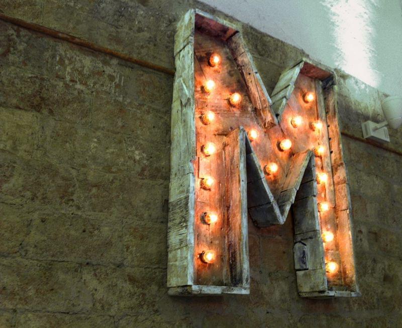 "Letra escultura de madera envejecida acabado en blanco roto iluminado con bombillas bar ""moreneta"""