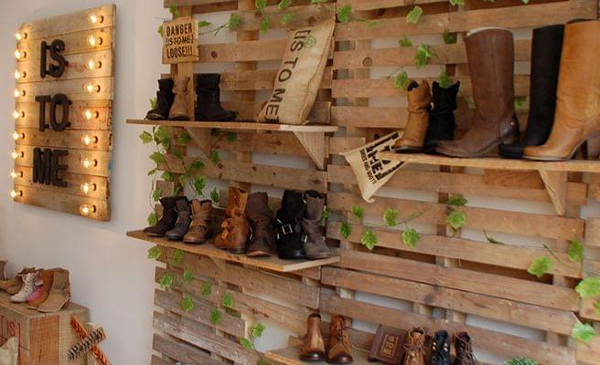 Showroom cartel madera con bombillas estilo retro-industrial para Is to me