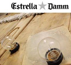 detalle cartel madera con bombillas campaña mediterraneament Estrella Damm. Imagen portada