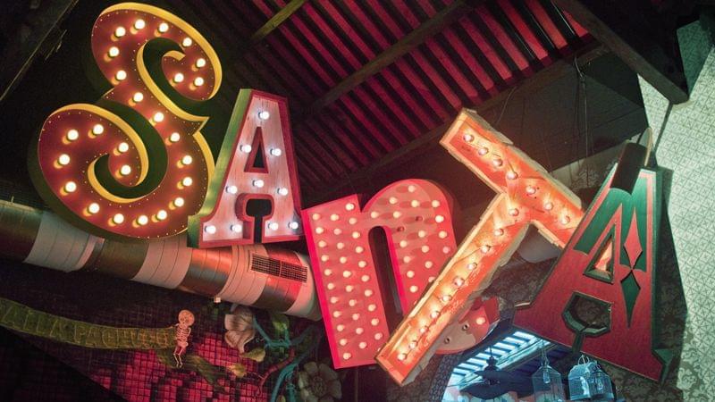 Letras gigantes lámparas con bombillas para restaurante mexicano La Santa (Grupo Reini).