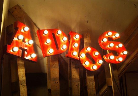 Letras madera con bombillas restaurante mexicano La Santa (Grupo Reini).