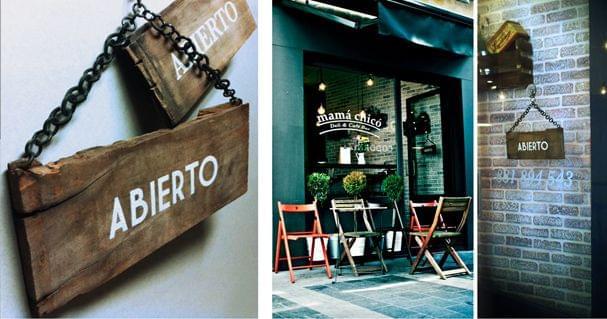 Carteles madera  abierto/cerrado del restaurante Mamá Chicó