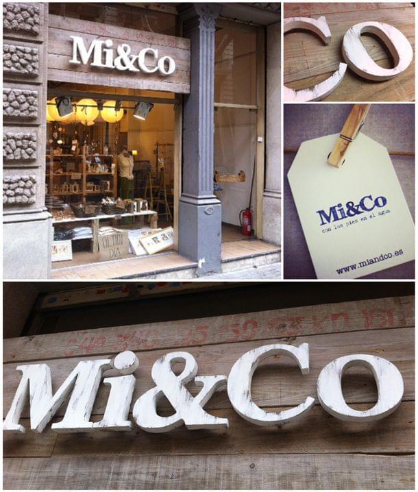 Imágenes rótulo exterior madera tienda Mi&Co