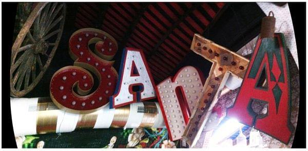 Letras iluminadas con lámparas para restaurante mexicano La Santa. Conjunto palabra Santa