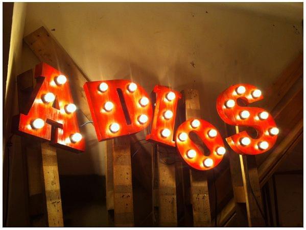 Letras iluminadas con lámparas para restaurante mexicano La Santa. Conjunto palabra adiós