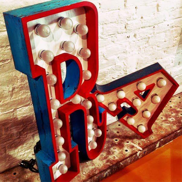 Letra R con lámparas para boutique La Colometa. Tipografia al estilo del viejo oeste
