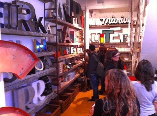 Rótulos imaginarios vs Rótulos antiguos. Asistentes fiesta tienda calle paris