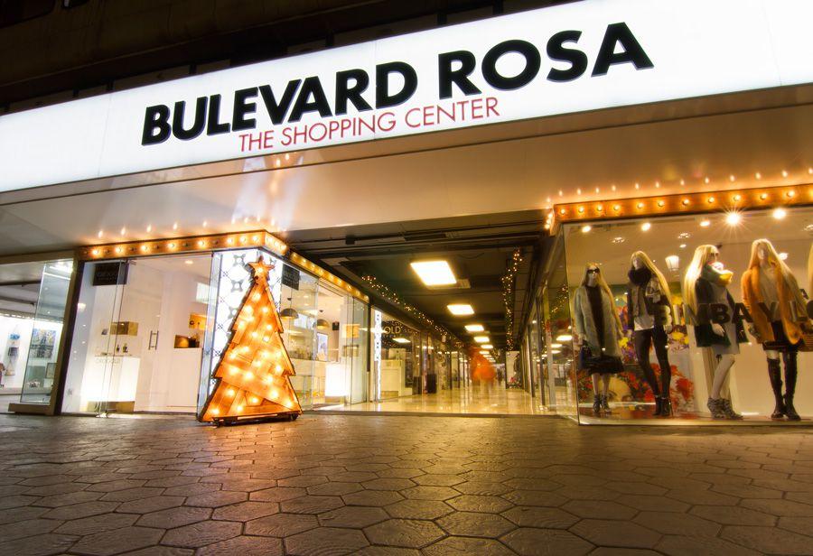 Imagen decoración Navidad Bulevard Rosa. Guirnalda de Madera y árbol de navidad iluminados con bombillas de colores
