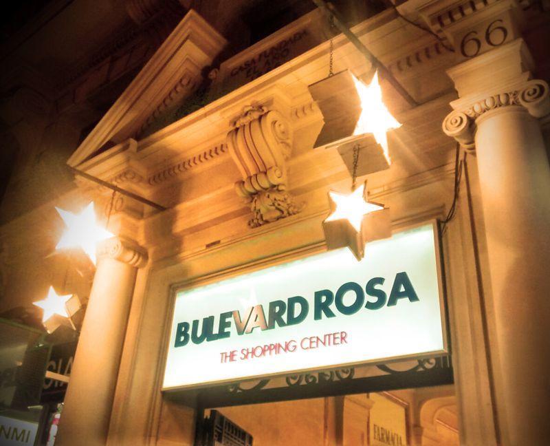 Imagen decoración Navidad Bulevard Rosa. Banderola de madera con estrellas iluminación intermitente