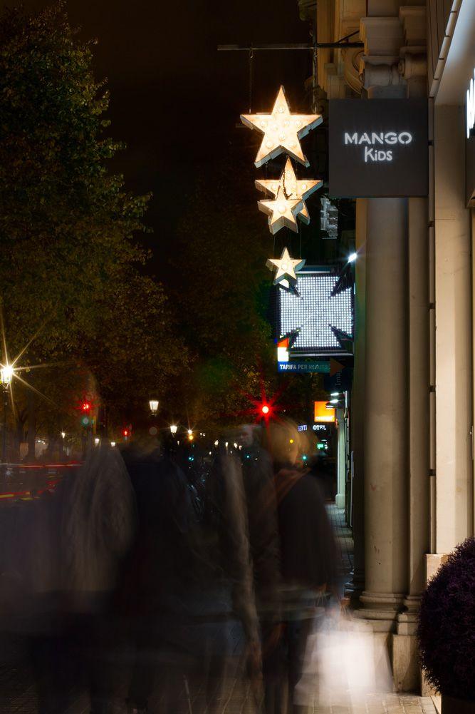 Imagen decoración Navidad Bulevard Rosa. Detalle banderola de madera con estrellas iluminación intermitente