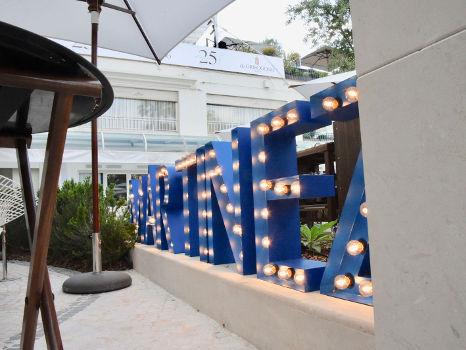 letras con bombillas para hotel Martínez